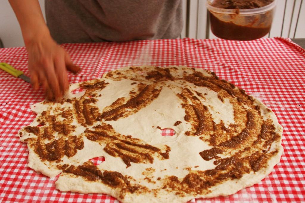 Het deeg voor het laagjesbrood wordt ingewreven met maanzaadpasta
