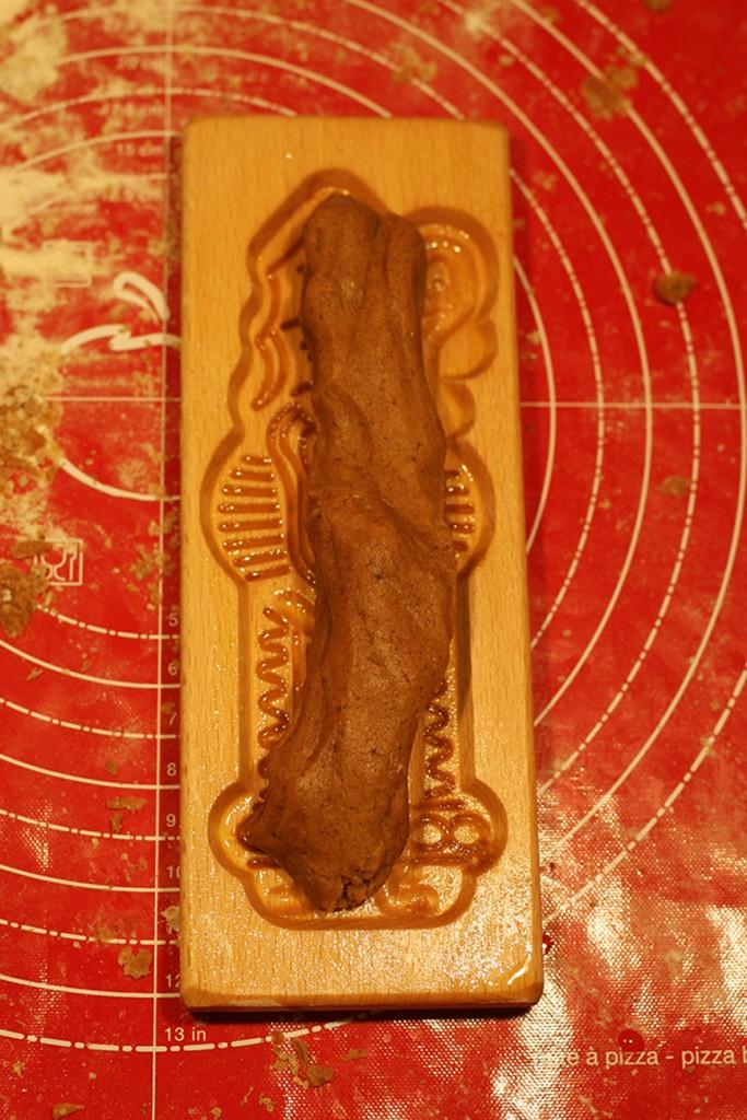 Stap 2 - Leg een worstje deeg op de plank