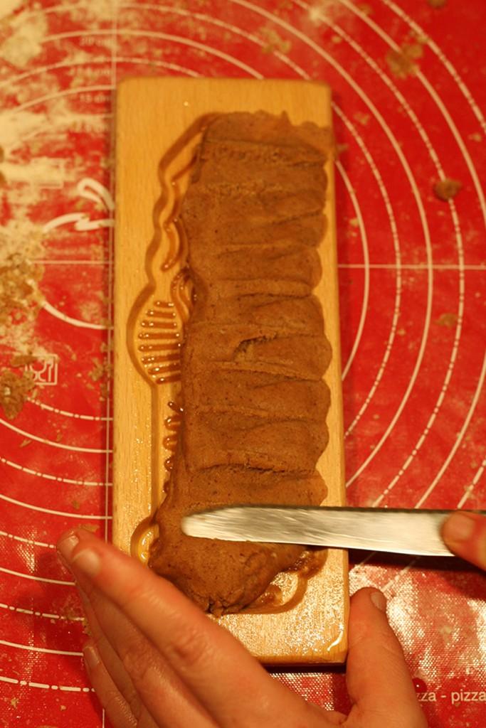 Stap 3 - Duw het deeg met de platte kant van een mes in de openingen