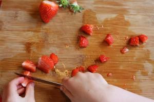 Aardbeien snijden